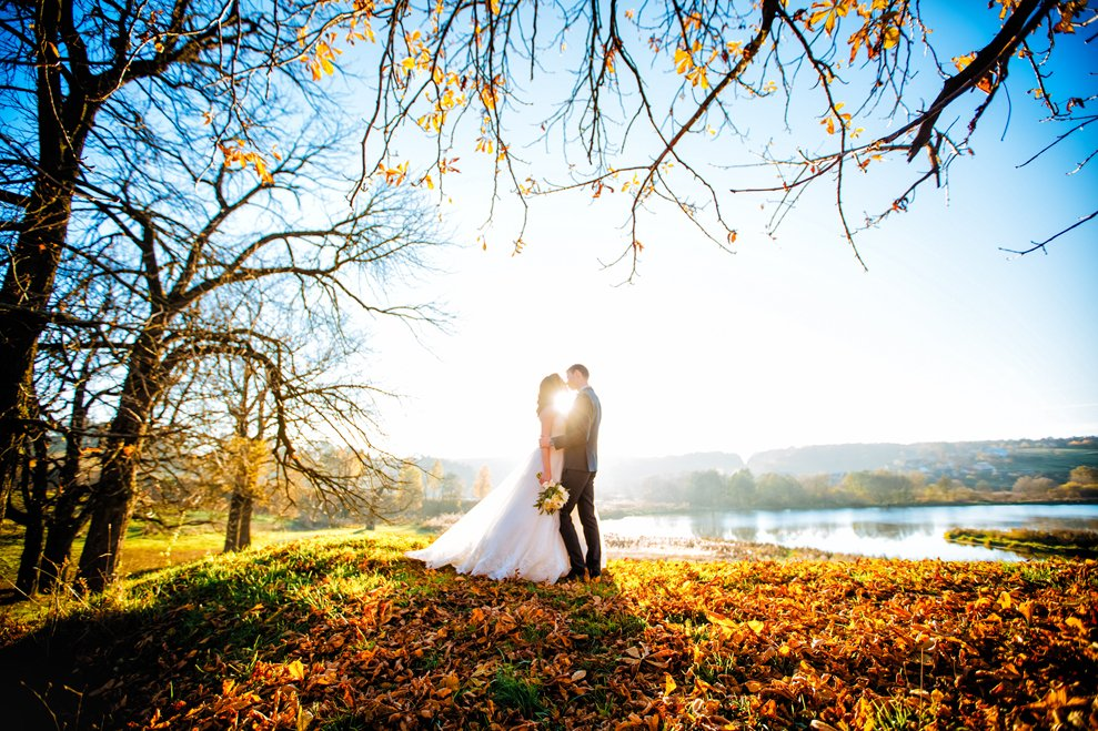 Meine Hochzeitsfotografie beinhaltet lebendige Gruppenfotos auf denen sich die Menschen gefallen